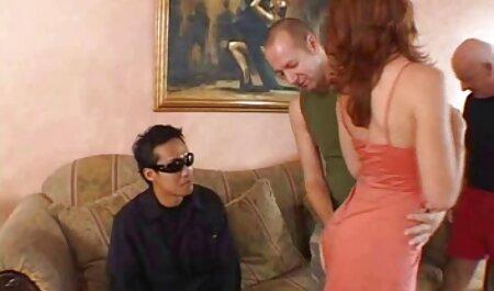 成熟した夫婦は、ソファの上に彼らのグループセックスに若い子を従事 女性 の av 無料