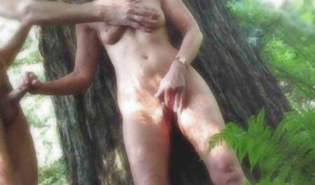 森の中の巨乳ポルノスターのロック 女性 av 画像