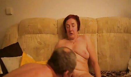 毛むくじゃらの膣を持つ若い女の子は椅子に座り、ジャークをオフにします 女の子 av 無料
