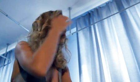 若いみだらは、ソファの上に猫をなめると積極的にお尻で戦う アダルト ビデオ 女
