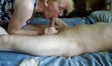 Busty成熟した女性熱心のためのセックスと彼女の恋人のソファ エッチ 無料 女