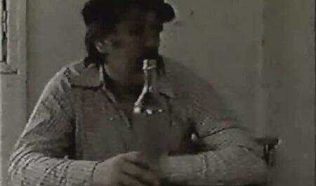 茶色の髪の女の子は黒人男性のソファの上に厄介な性交のために懇願した 女 向け av 無料